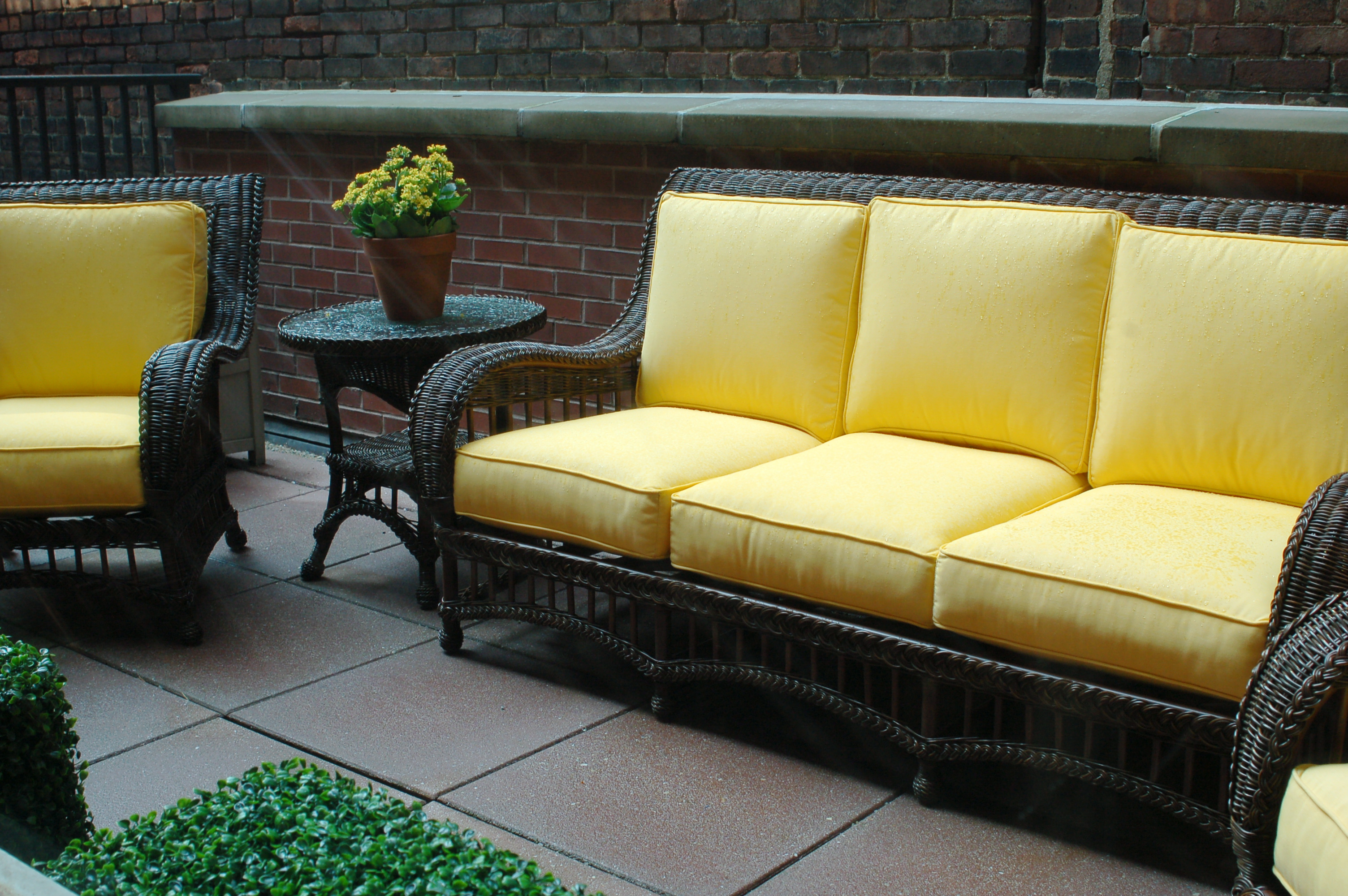 Comfortable patio furniture 5 summer patio decor ideas for Best time buy furniture